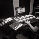 מתן דרור בוגר מסלול הפקת מוזיקה אלקטרונית במכללת BPM מפיק את צמרת הפופ