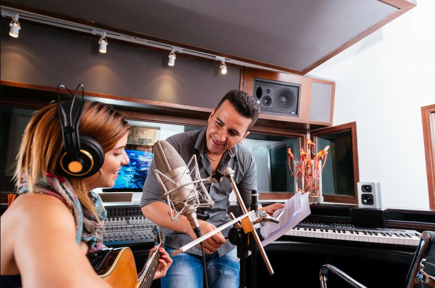 איך לבחור ולעבוד עם מפיק מוזיקלי? טיפים לזמרים ויוצרים