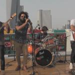 להקת The Bench בהופעה על גג המכללה