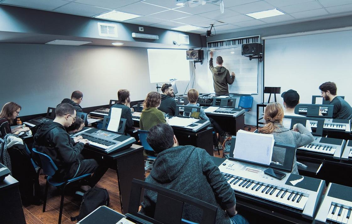 תואר ראשון במוסיקה או לימודי מוסיקה מקצועיים?